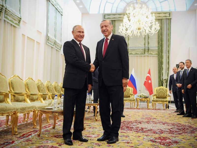 Turkish President Recep Tayyip Erdogan, right, shakes hands with his Russian leader Vladimir Putin during a meeting in Tehran on September 7, 2018. Photo: AFP / Kirill Kudryavtsev