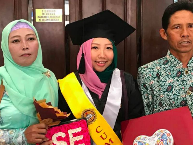 Erwiana Sulistyaningsih (middle) Photo: Facebook, Keluarga Besar Buruh Migran Indonesia
