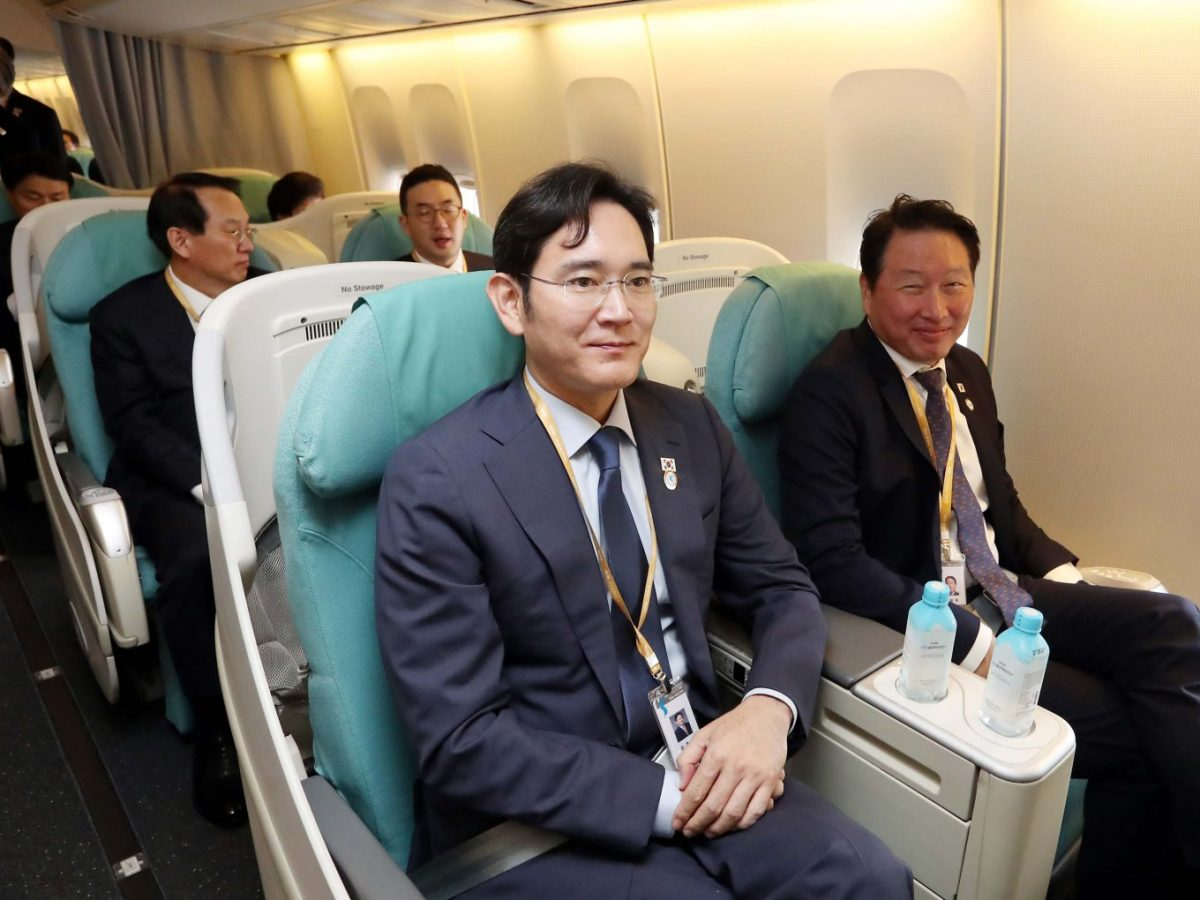 Samsung heir Lee Jae-yong, center, and other South Korean business tycoons are seen on a plane bound for Pyongyang on Sept 18.South Korean President Moon Jae-in's stock bailout fund will help business tycoons at a time when he needs to crack down on monopolistic behavior. Photo: AFP / Pyeongyang Press Corps