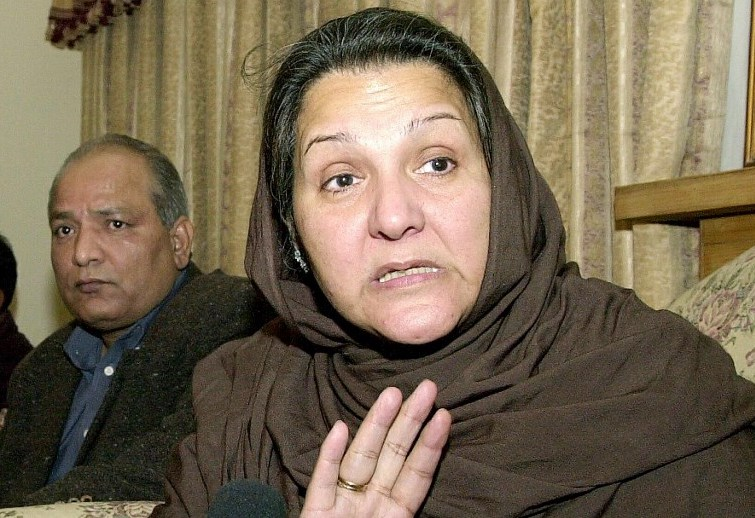 Kulsoom Nawaz, wife of Pakistan's deposed prime minister Nawaz Sharif, gestures during a press conference at her residence in Islamabad after a meeting with Sharif in Attock jail, on December 9, 2000. Photo: AFP / Saeed Khan