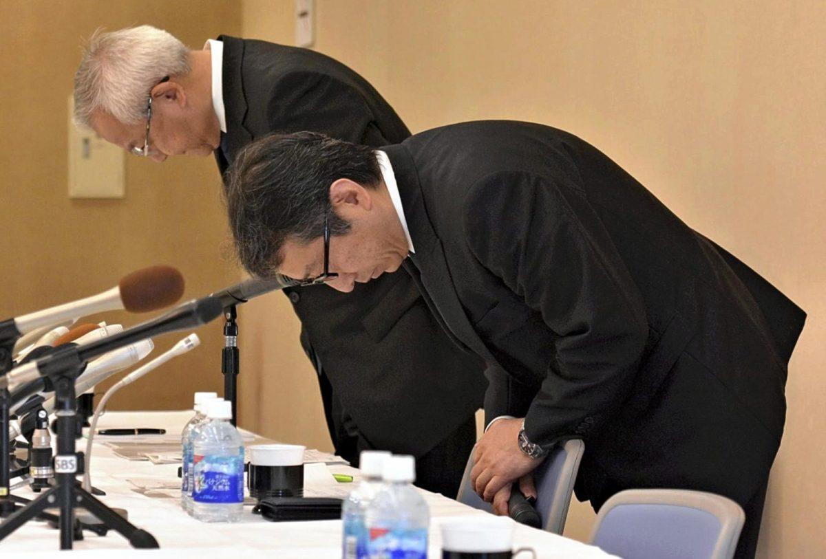 Suruga Bank President Akihiro Yoneyama (R) bows at a press conference in apology for the bank''s loan misconduct in Numazu, Shizuoka Prefecture, on May 15, 2018. Photo: AFP/The Yomiuri Shimbun