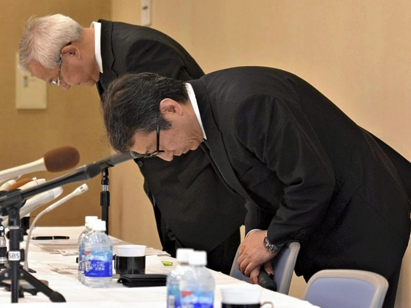 Suruga Bank President Akihiro Yoneyama (R) bows at a press conference in apology for the bank''s loan misconduct in Numazu, Shizuoka Prefecture, on May 15, 2018. Photo: AFP/The Yomiuri Shimbun