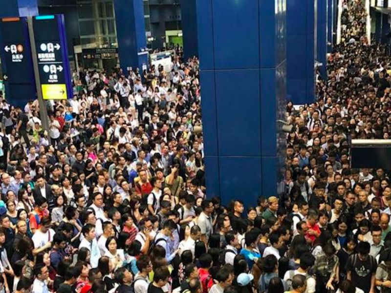 There were massive crowds at Tai Wai MTR station in the New Territories. Photo: Facebook/Ming Leung
