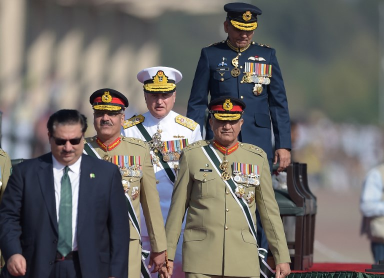 Pakistani Army Chief General Qamar Javed Bajwa (2R), Pakistani Chief of Naval Staff Admiral Zafar Mahmood Abbasi (C), Pakistani Air Chief Marshal Mujahid Anwar Khan (top-R) and Pakistani Chairman of the Joint Chiefs of Staff Committee Zubair Mahmood Hayat (2L) arrive to receive Sri Lankan President Maithripala Sirisena during the Pakistan Day military parade in Islamabad on March 23, 2018.Pakistan National Day commemorates the passing of the Lahore Resolution, when a separate nation for the Muslims of The British Indian Empire was demanded on March 23, 1940. / AFP PHOTO / AAMIR QURESHI