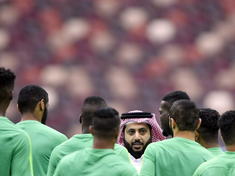 Saudi Arabia players listen to the head of the General Authority for Saudi Sport, Turki Al-Sheikh in Moscow on June 13, 2018 ahead of the Russia 2018 World Cup. / Photo: AFP  / Alexander Nemenov