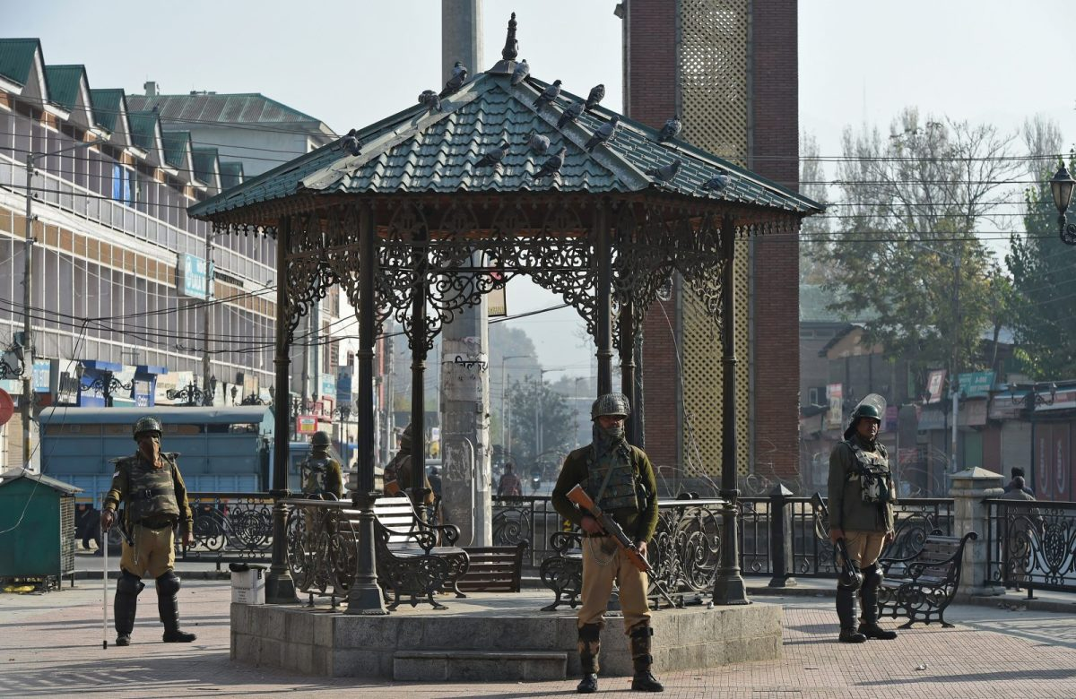 Indian paramilitary troopers stand guard during a one-day strike called by Kashmiri seperatists in Srinagar on October 22, 2018, a day after violence across Kashmir left at least 14 people dead. - Police and military officials said 14 people were killed on October 21 including six civilians who died when an explosion detonated among a crowd protesting against Indian rule. (Photo by Tauseef MUSTAFA / AFP)