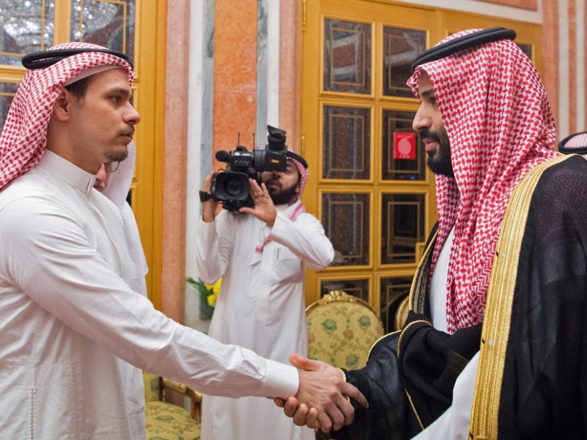 ولي العهد محمد بن سلمان يقابل أفراد من عائلة الصحفي المقتول جمال خاشقجي في الرياض في 23 أكتوبر/تشرين الأول 2018. قابل أفراد العائلة الملكية السعودية أبناء خاشوقجي، صلاح وسهل، في القصر الملكي.   SPA / AFP