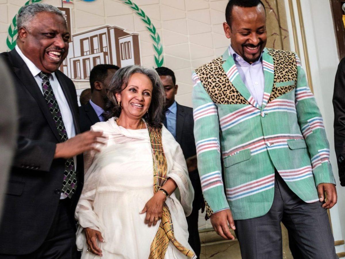 سهلى ورق زودي (الثانية من اليسار) مع رئيس الوزراء أبي أحمد (الثاني من اليمين) بعد تنصيبها أول رئيسة لأثيوبيا في 25 أكتوبر 2018. صورة :Eduardo Soteras / AFP