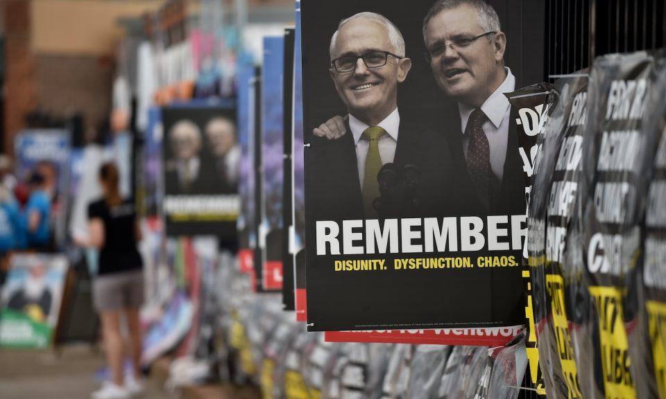 10月20日悉尼的溫特沃斯區補選期間,票站後貼滿海報。澳洲的保守派聯盟在大量選民轉投自由黨後失去議席,以及在議會中佔的多數席位。在圖中站在特恩布爾右邊的總理莫里森現在要依靠獨立人士來掌權。相片:Peter Parks / AFP