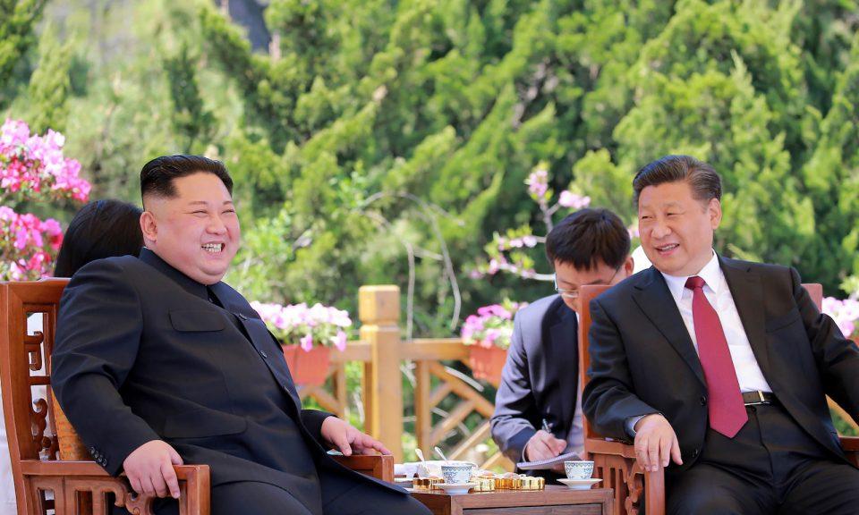 中國國家主席習近平(右)和北韓領袖金正恩(左)在大連市會面。相片:KCNA via AFP