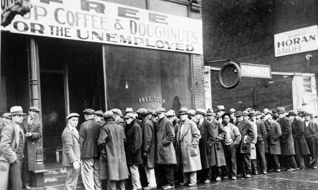 94/5000 在1931年經濟大蕭條期間,失業的男人在芝加哥的施食處外排隊。相片:US National Archives and Records Administration