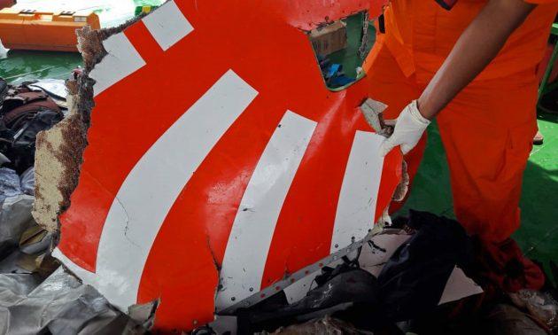 印尼國家搜救局(Basarnas)向救援人員展示獅航JT 610航班的飛機殘骸,該飛機在印尼爪哇島北部海岸附近的海域墜毀。相片:Basarnas Handout via AFP