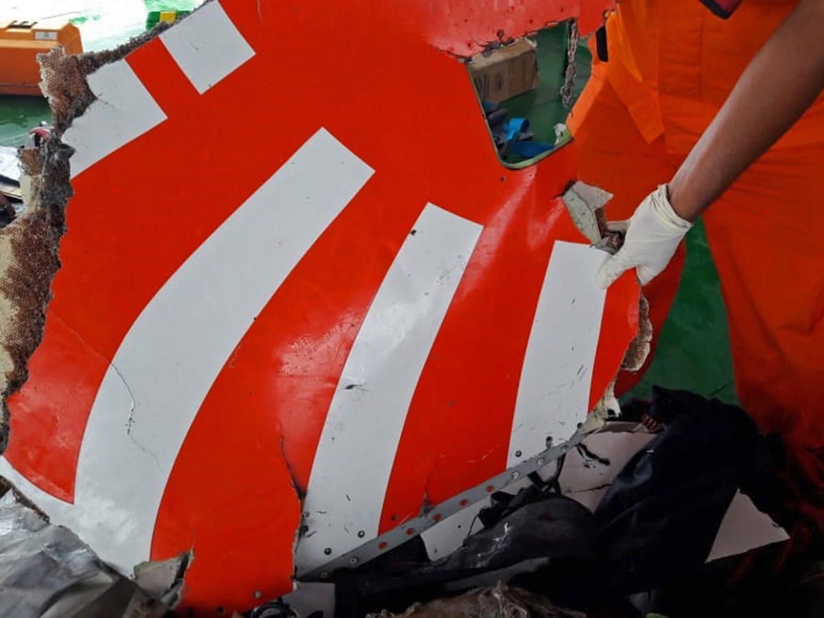 Indonesia's National Search And Rescue Agency of Indonesia (Basarnas) shows rescue personnel displaying a piece of wreckage from Lion Air flight JT 610 which crashed into the sea off the northern coast of Indonesia's Java island. Photo: Basarnas Handout via AFP