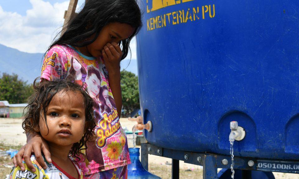 在9月28日地震和海嘯襲擊該地區後,兒童於2018年10月4日在蘇拉威西島中部的帕盧臨時營地獲取可用水。相片:AFP / Adek Berry