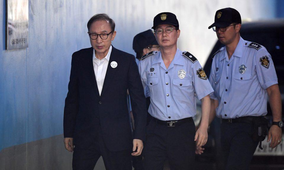 南韓前總統李明博(左)於2018年9月6日抵達首爾法院。他獲刑15年,但正安排上訴。相片:AFP / Jung Yeon-je