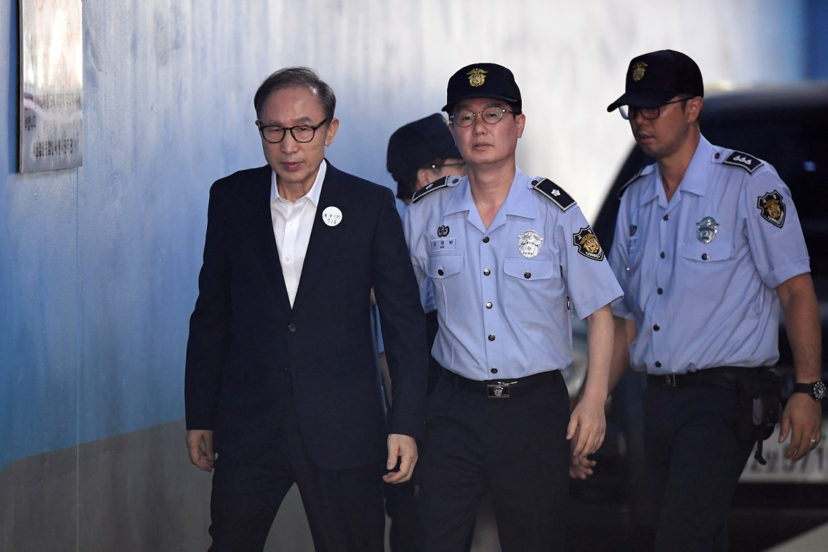 Former South Korean president Lee Myung-bak (L) arrives at a court to in Seoul on September 6, 2018. He faces 15 years in jail but is appealing his sentence. Photo: AFP/Jung Yeon-je