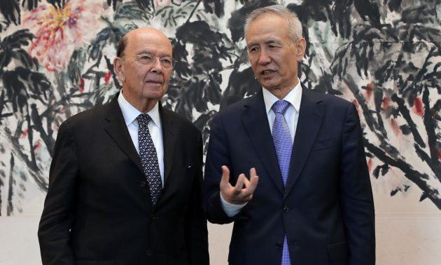今年較早時候,美國商務部長羅斯(Wilbur Ross)(左)在北京舉行的「貿易爭端」會談時與中國國務院副總理劉鶴聊天。 在20國集團峰會上有望可達成某種協議。相片:AFP / Andy Wong