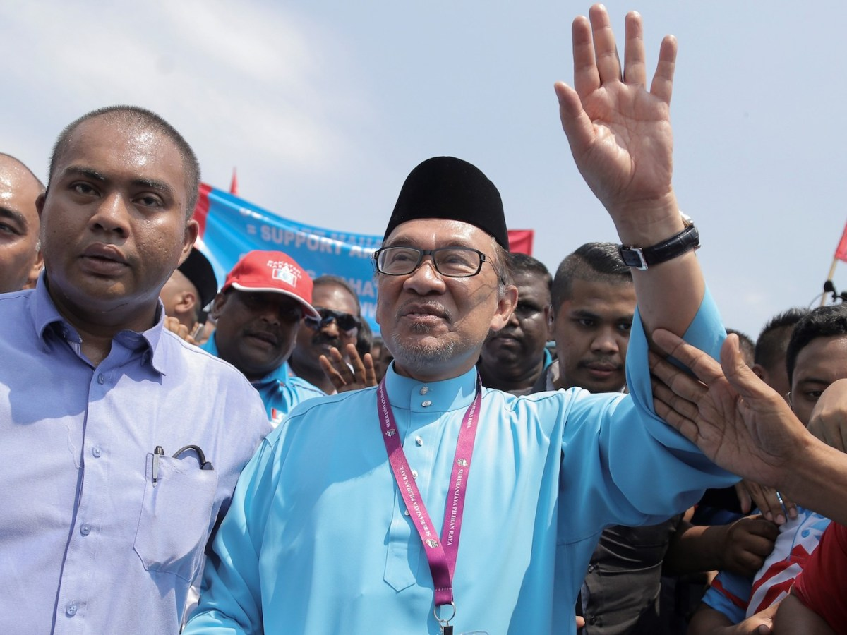 Anwar Ibrahim (C) meets supporters after submitting his documents at the nomination center for the by-election in Port Dickson, Malaysia on September 29, 2018. Photo: Andalou Agency via AFP/Adli Ghazali