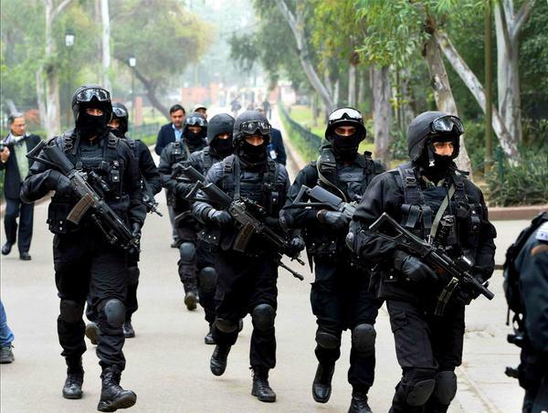 قامت القوات الخاصة الهندية بدور  مهم في احتواء الهجوم الإرهابي على مومباي، ولكن حدت الاستخبارات الضعيفة من فعاليتها