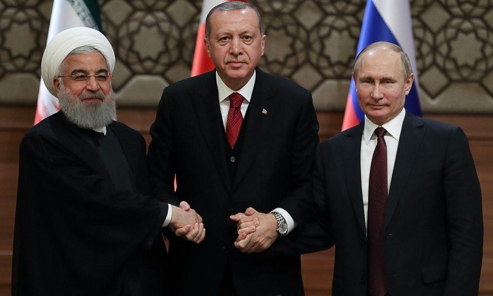 土耳其總統埃爾多安(中)於4月4日在敘利亞舉行峰會後,與伊朗總統魯哈尼(左)以及俄羅斯總統普京握手。相片:AFP / Adem Altan