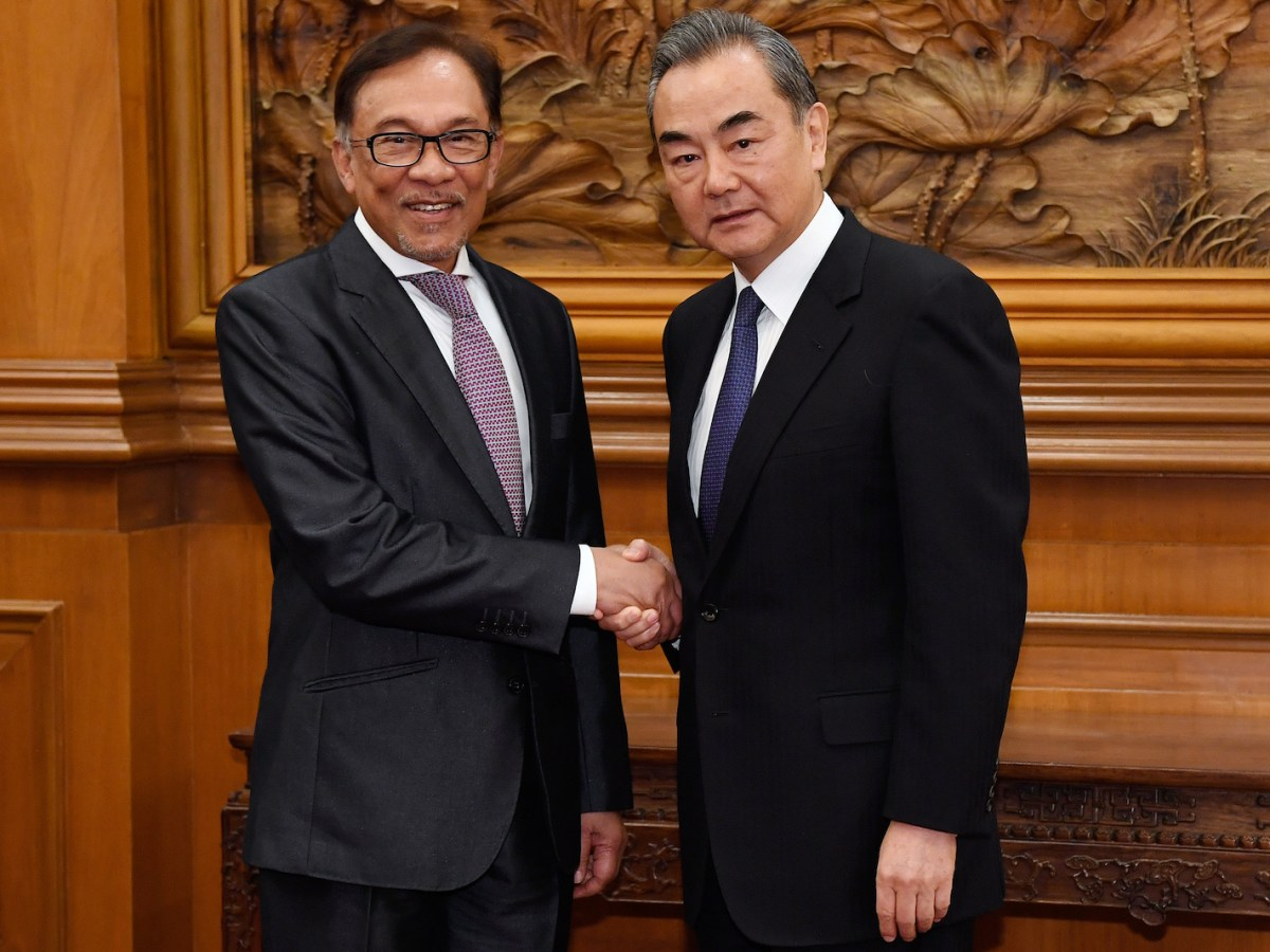 Anwar Ibrahim shakes hands with China's Foreign Minister Wang Yi, right,  before a meeting in Beijing on October 24, 2018. Photo: AFP / Daisuke Suzuki / pool