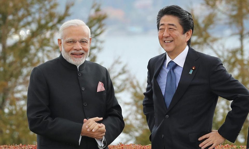 2018年10月28日,印度總理納莫迪和日本首相安倍晉三在山梨縣山中湖村享用午餐前在花園散步。相片:The Yomiuri Shimbun