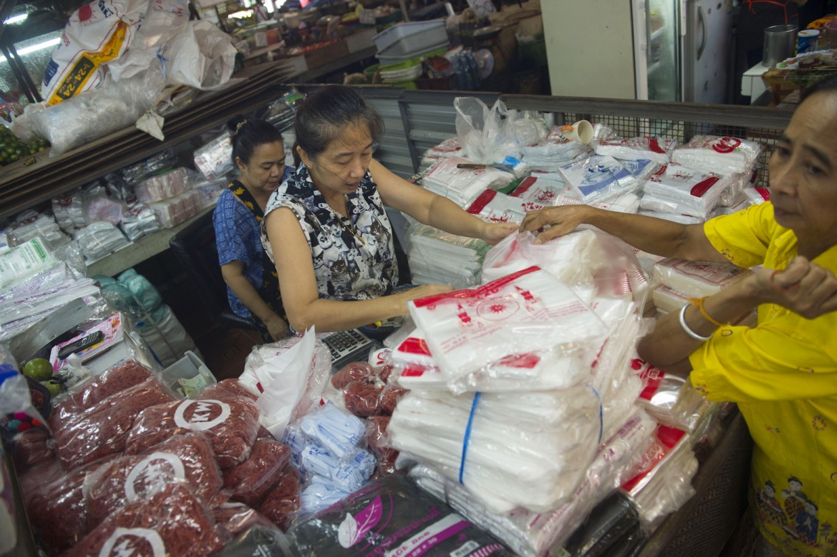 This photo taken on August 26, 2018 shows a vendor selling plastic bags and wrappers in the Khlong Toei market in Bangkok. Photo: AFP / Romeo Gacad