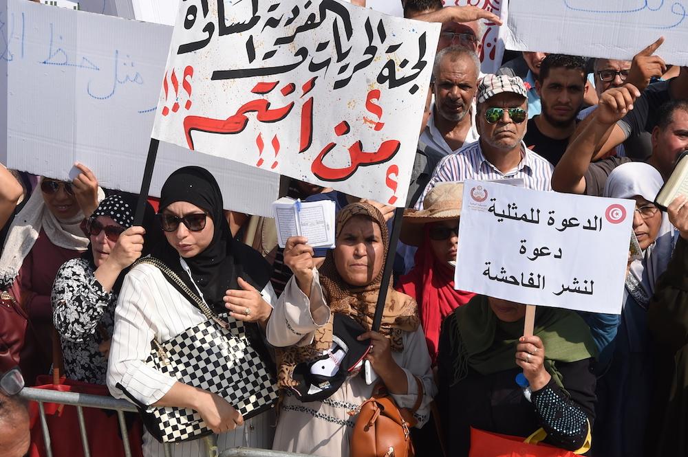 مئات التونسيين يهتفون في مظاهرة ضد الإصلاحات التي أثارت غضب المسلمين المتحفظين ومنها المساواة في الورث للنساء وإلغاء تجريم المثلية الجنسية في ١١ أغسطس/آب ٢٠١٨ في تونس  Photo: Fethi Belaid / AFP