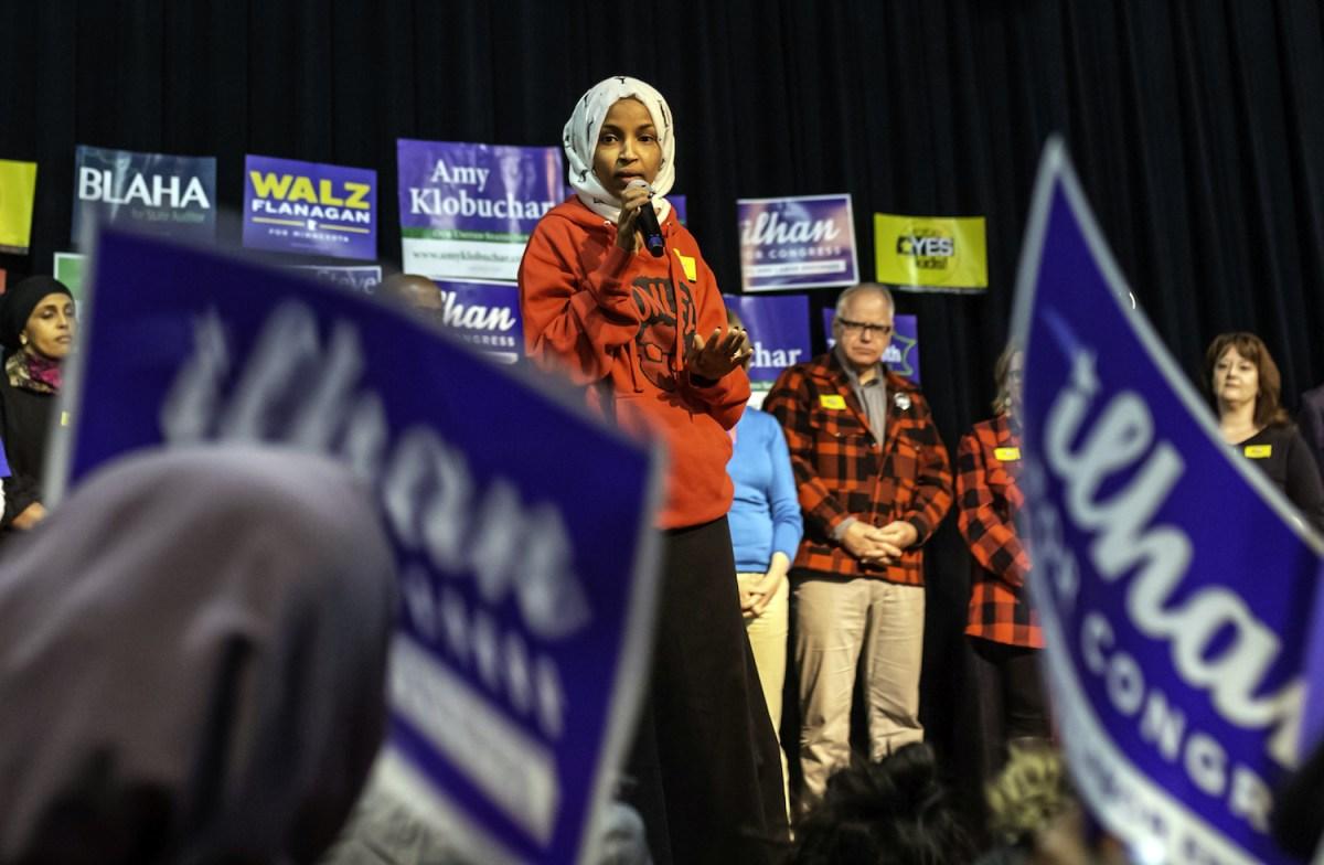 مرشحة الحزب الديمقراطي للكونجرس إلهان عمر تخاطب داعميها في مينيابوليس، مينيسوتا في 5 نوفمبر 2018. صورة:  Kerem Yucel / AFP