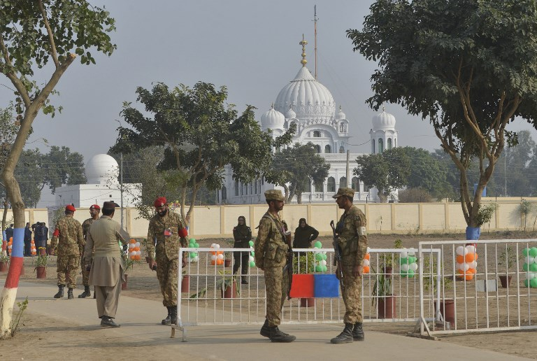 Pakistani army soldiers gather in front of Kartarpur Gurdwara Sahib during the groundbreaking ceremony for the Kartarpur Corridor in Kartarpur on November 28, 2018. - Pakistan Prime Minister Imran Khan launched the groundbreaking ceremony of the religious corridor between India and Pakistan. (Photo by ARIF ALI / AFP)