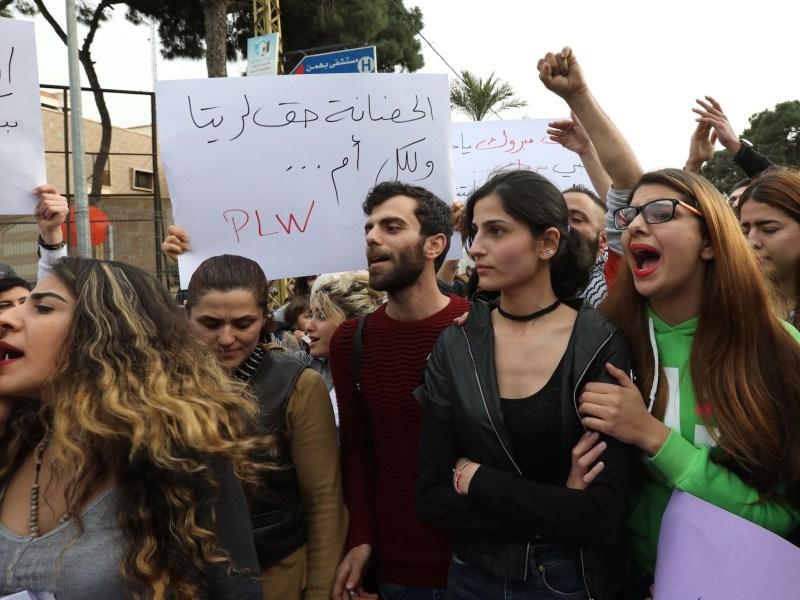 نساء لبنانيات يشاركن في مظاهرة أمام المجلس الشيعي الأعلى بلبنان للمطالبة برفع سن نقل حضانة أطفال الشيعة المسلمين للأب، في العاصمة بيروت في 18 مارس/آذار 2017. صورة: Anwar Amro / AFP