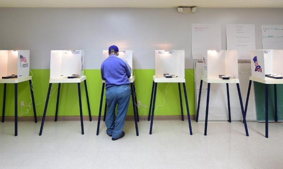 一名男子在加州一個票站內投票,該州分的亞裔選民足以在緊張的選舉中發揮決定性作用。相片:AFP
