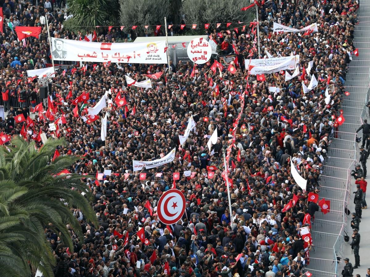 إجراءات أمنية أثناء تجمع الموظفين المدنيين والعاملين التونسيين في مظاهرة ضمن الإضراب العام الذي دعا إليه اتحاد الشغل التونسي للمطالبة برفع الأجور في 22 نوفمبر/تشرين الثاني 2018  Yassine Gaidi / Anadolu Agency