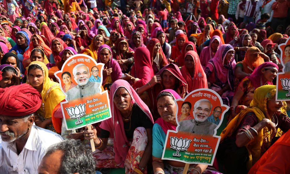 拉賈斯坦邦首部長拉耶的支持者在印度拉賈斯坦邦阿傑梅爾市一次補選活動期間當聽眾。相片:STR / NurPhoto