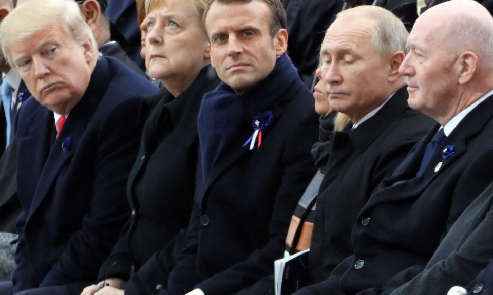 在巴黎舉辦的第一次世界大戰結束100周年紀念大會上,美國總統特朗普繞過德國總理默克爾,盯著法國總統埃馬克龍及其夫人布麗吉特(Brigitte )、俄羅斯總統普京和澳洲總督科斯格羅夫爵士。相片:AFP
