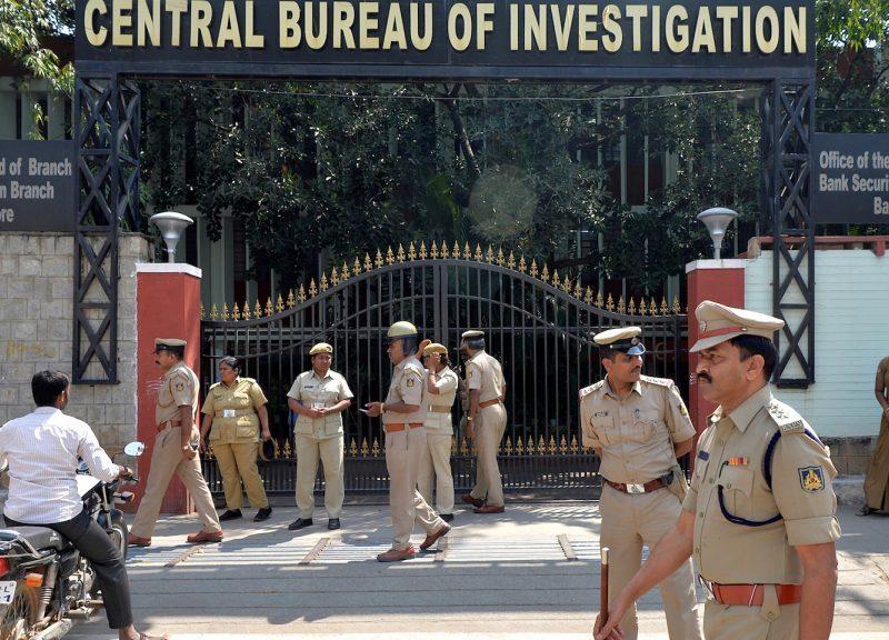 2018年10月26日,在抗議反對派領導人涉嫌干涉該國主要警察機構的全國示威舉行前,印度的警務人員站在CBI的班加羅爾辦事處前。相片:AFP / Manjunath Kiran