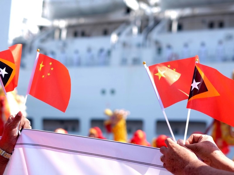 Timorese residents wave national flags of China and Timor-Leste to welcome the visiting Chinese naval hospital ship Peace Ark (Hull 866) at the port of Dili on December 14, 2017. Photo: Facebook/Jiang Shan