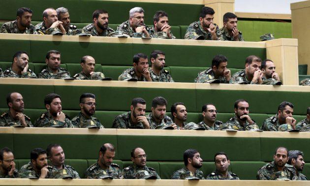 2018年10月7日,伊朗革命衛隊成員在德黑蘭議會上聽取關於反恐融資法案的講話。相片:AFP / Atta Kenare