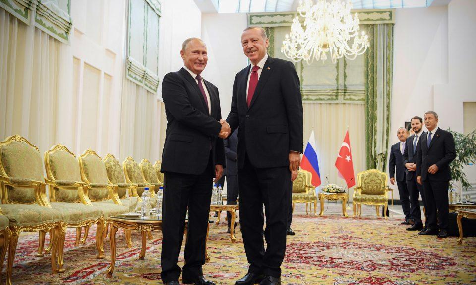 土耳其總統埃爾多安(右)於2018年9月7日在德黑蘭會晤時與俄羅斯總統普京握手。相片:AFP / Kirill Kudryavtsev