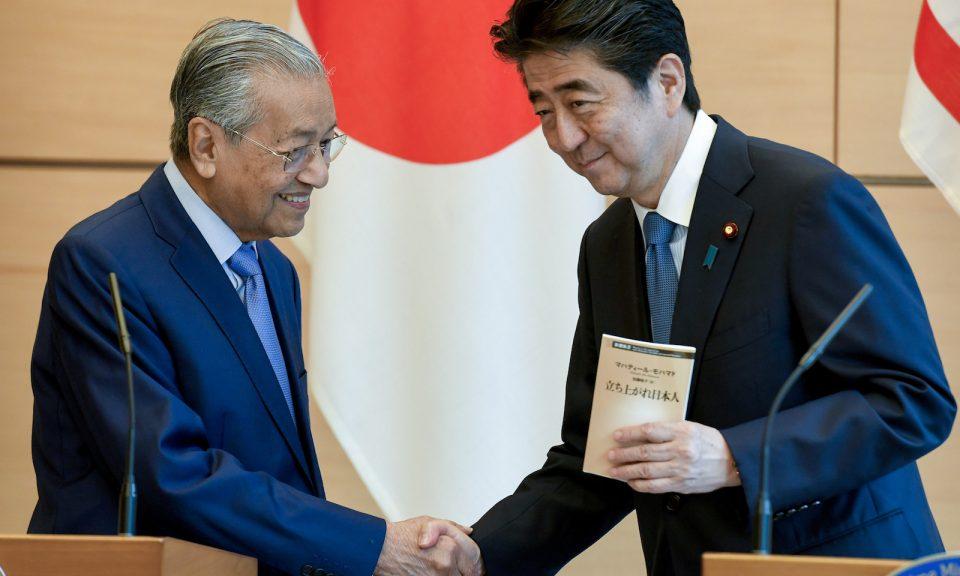 日本首相安倍晉三(右)和馬來西亞總理馬哈蒂爾於2018年6月12日在安倍東京官邸舉行的聯合新聞發佈會上握手。相片:AFP / Pool / Toshifumi Kitamura