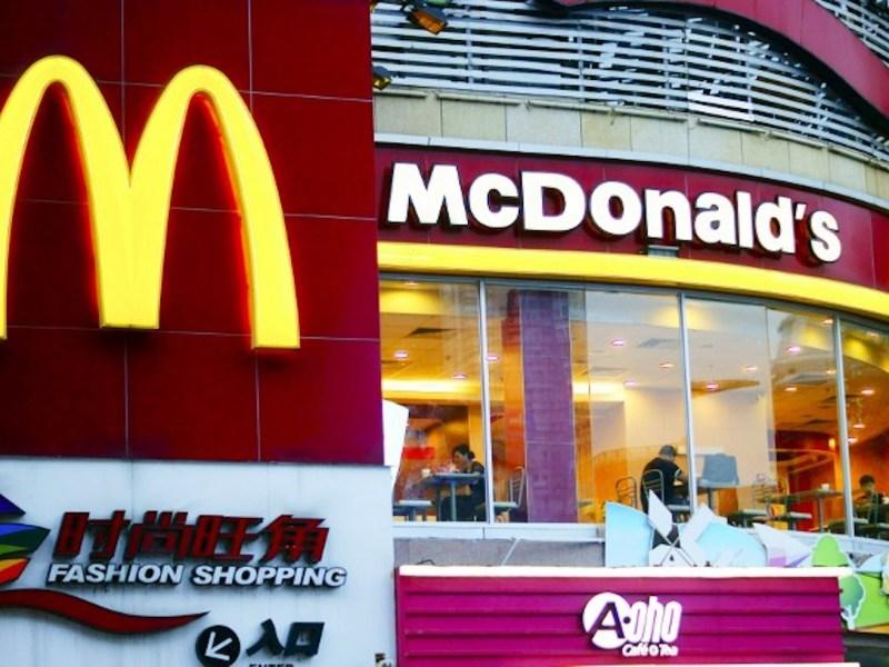 عميل غاضب ألقى كيس من الطعام بوجه عاملة بمطعم ماكدونالدز. صورة: AFP