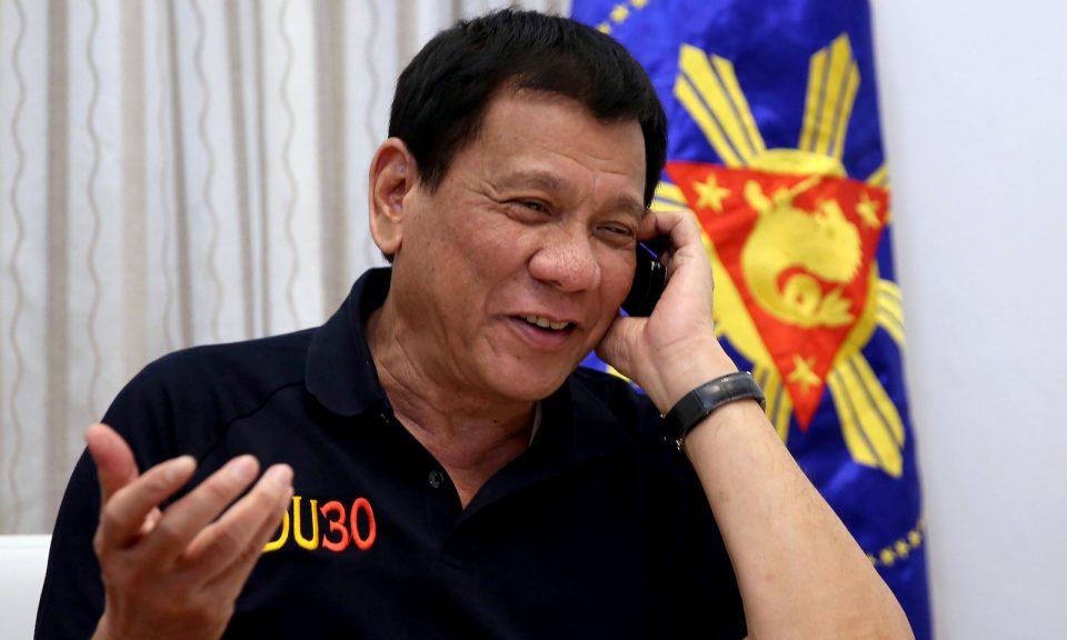 資料圖片:菲律賓總統杜特爾特在2016年通電話時做手勢。相片:AFP via Presidential Palace / Richard Madelo