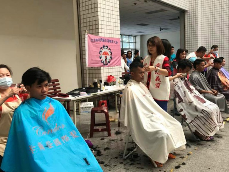 Migrant fishermen get free haircuts during the fair in Kaohsuing. Photo: Facebook / Presbyterian Church In Taiwan Seamen and Fishermen's Service Center