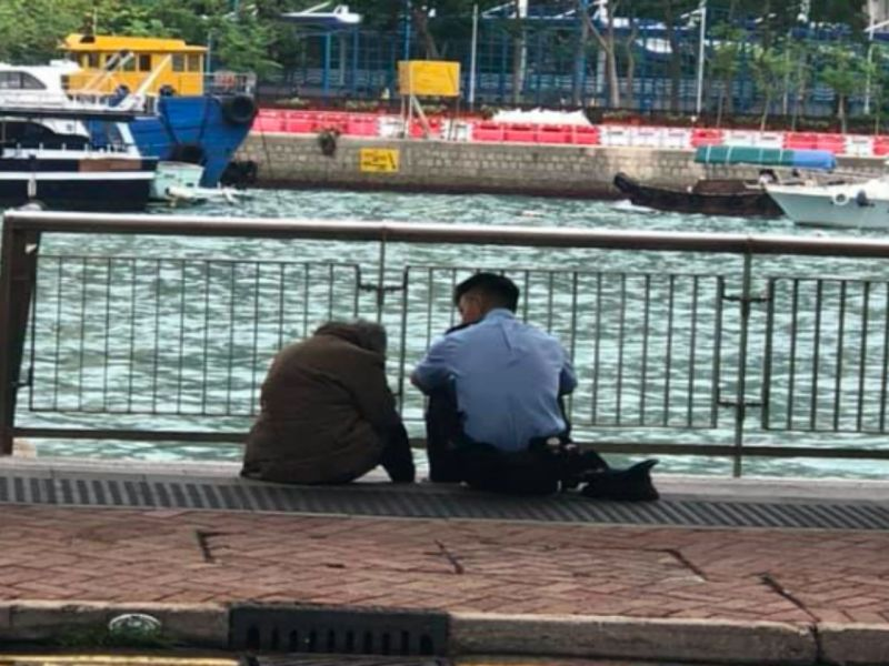 A police officer helps calm an elderly woman who became upset when she could not remember where she was to meet her family. Photo: Facebook, HK Police Force