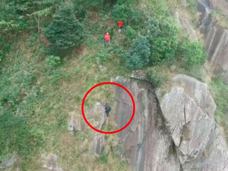 The hiker (in red circle) was trapped halfway up Kowloon Peak. Photo: Facebook, Diazmanhei