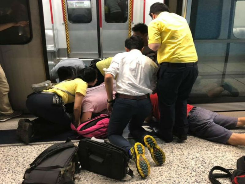 The girl had her leg trapped in the platform gap.  Photo: Facebook, hkincident, Jeffrey Law