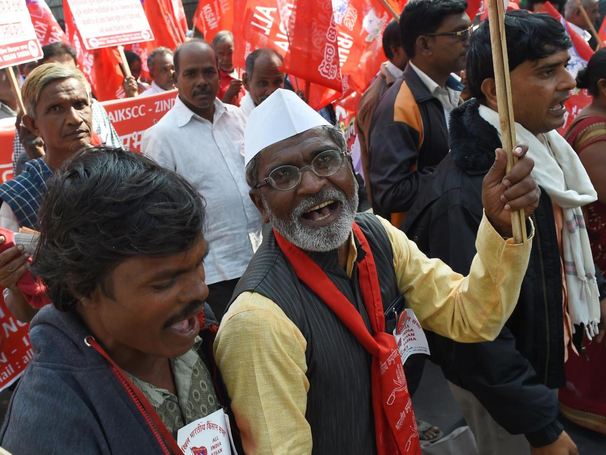 Farmers take part in a march organized by the All India Kisan Sabha (AIKS) organization and the Communist Party of India (Marxist) along with other leftist groups, as they call for pro-farmer legislation in the Indian Parliament, in New Delhi on November 30, 2018. Photo: AFP /  Money Sharma