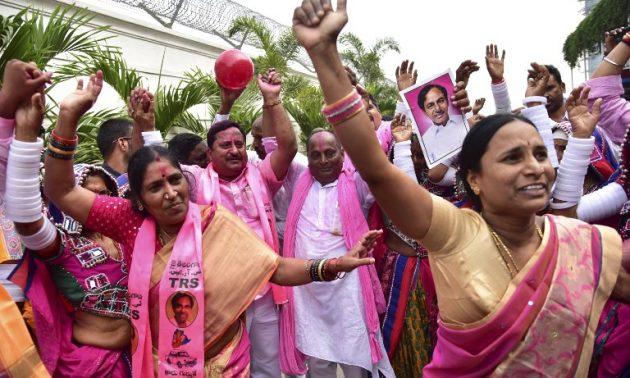 特泰倫加納民族黨成員本周二在海德拉巴(Hyderabad)的辦公室慶祝該黨在州議會選舉中獲勝。相片:AFP