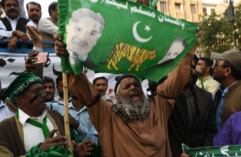 Supporters of Pakistan former prime minister Nawaz Sharif shout slogans against the Supreme Court decision during a protest in Karachi on December 24, 2018. - Former Pakistani leader Nawaz Sharif was sentenced to seven years in prison for corruption on December 24, state media reported, the latest conviction in a series of allegations which saw him ousted from power last year. (Photo by ASIF HASSAN / AFP)