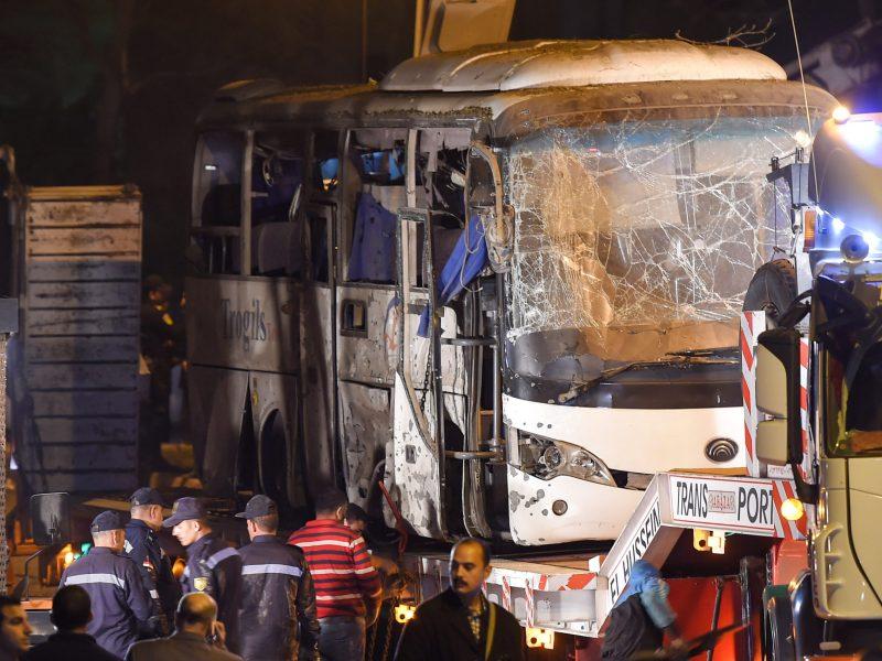 رفع أتوبيس سياحي بعد تعرضه لهجوم في الجيزة في 28 ديسمبر/كانون الأول 2018. نتج عن الحادث الذي وقع بالقرب من منطقة الأهرامات وفاة ثلاثة سائحين فلبينيين ومرشد سياحي مصري. صورة: MOHAMED EL-SHAHED / AFP